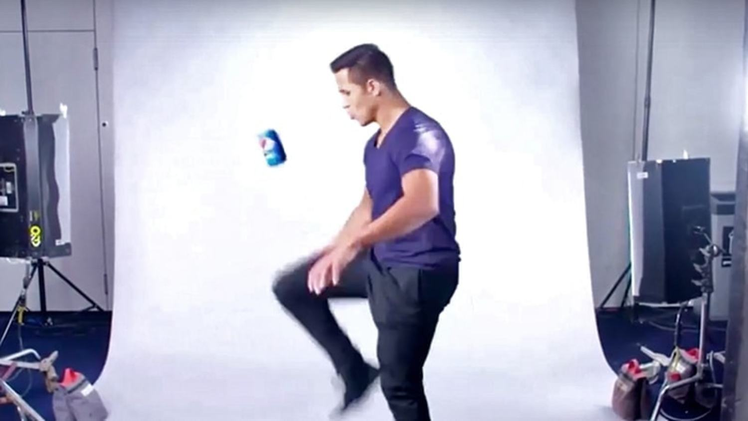 Aguero, Sanchez and De Gea's beautiful keepy-ups with a Pepsi can