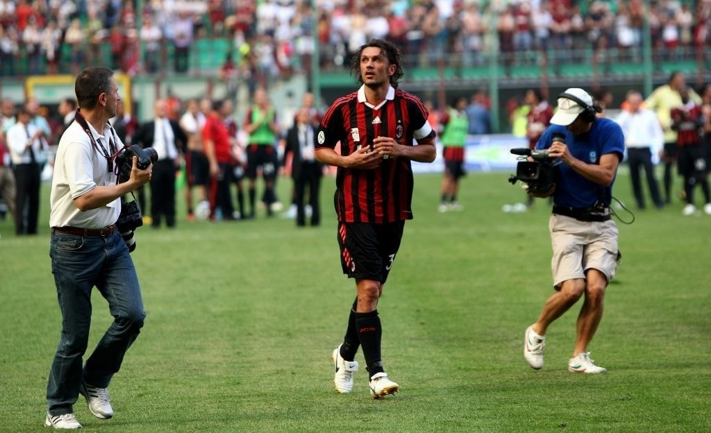 MILAN, ITALY – 24 MAY: AC Milan defender Paolo Maldini acknowledges the applause of the fans during his last match between AC Milan and AS Roma on 24 May 2009 in Milan, Italy. (Photo by Vittorio Zunino Celotto/Getty Images)
