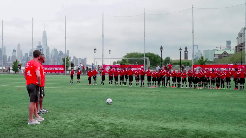 Bayern Munich's Xabi Alonso & Arturo Vidal vs 40 Children