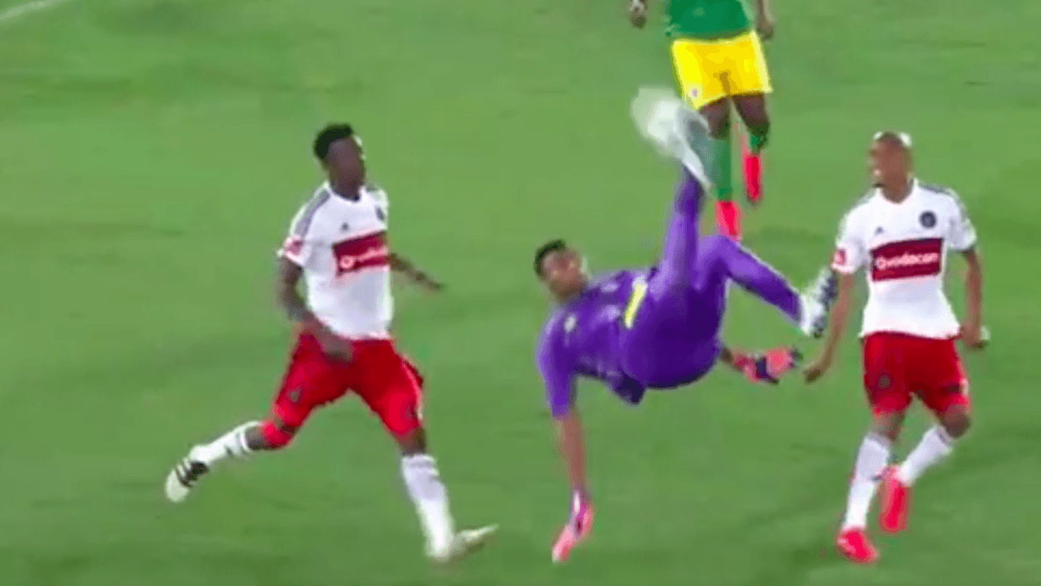 Goalkeeper Masuluke scores incredible last minute overhead kick